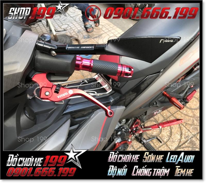 Kính Rizoma tomok 3 cạnh màu đen cùng bao tay , tay thắng màu đỏ độ đẹp cho xe Exciter 150 tại HCM